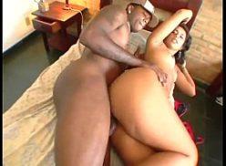 Duas amigas em vídeo sexo com dois caras negros duros na cama