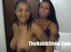 Duas negras gatas no motel com um cara do pornotube