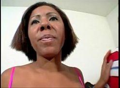 Morena favelada em porno brasil tomando uma pica preta
