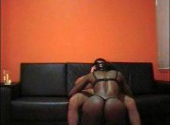 Negra puta em sexo amador no sofa de couro