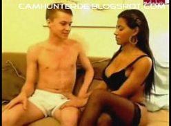 Negrinha deliciosa no video porno grátis com seu amigo