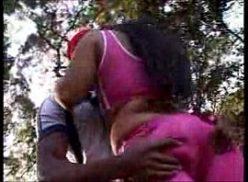 Ver porno com brasileira em sexo no mato com seu amigo