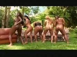 Lindas mulheres peladas em uma orgia
