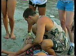 Jovem safada na praia em flagras sexo dando demais  para o namorado