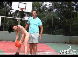Novinha na quadra de basquete fazendo sexo para o redrube