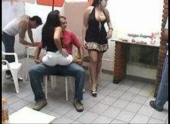 Belas mulheres gostosas peladas dando para os dois amigos