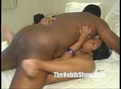 Morena do grelo grande dando para seu amigo negro