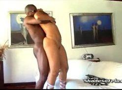 Negro picudo em sexo com uma dona de casa gostosa