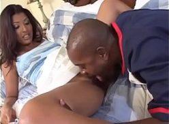 Novinha do cu preto faz sexo com o cara africano