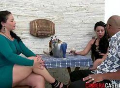 Duas safadas mulheres com os amigos no brutal porno fodendo