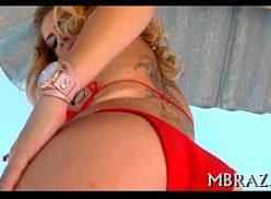 Uma loira tatuada no porno explicito metendo