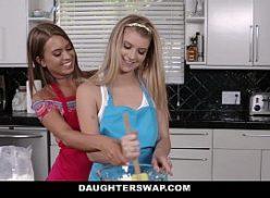 Boas novinhas fudendo  em um sexo de amigas na cozinha