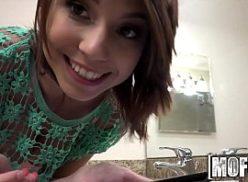 Boa jovem magrinha no video sexo colocando vibrador na xota