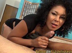 Negra brasilerinha esta com um cacete bom a comendo